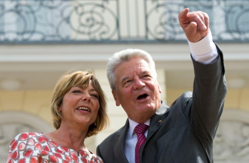 Joachim Gauck – hier mit   Daniela Schadt – mischt sich ein. Foto: dpa