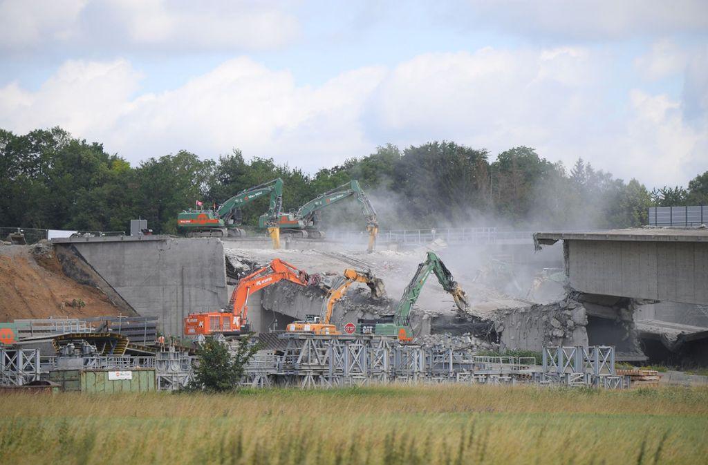 Für die Sprengung der alten Neckartalbrücke musste die Autobahn 6 unter der Brücke gesperrt werden. Foto: dpa