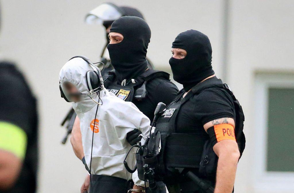 Hessische Polizisten führen Ali B. nach der Übernahme in Deutschland ab. Foto: dpa