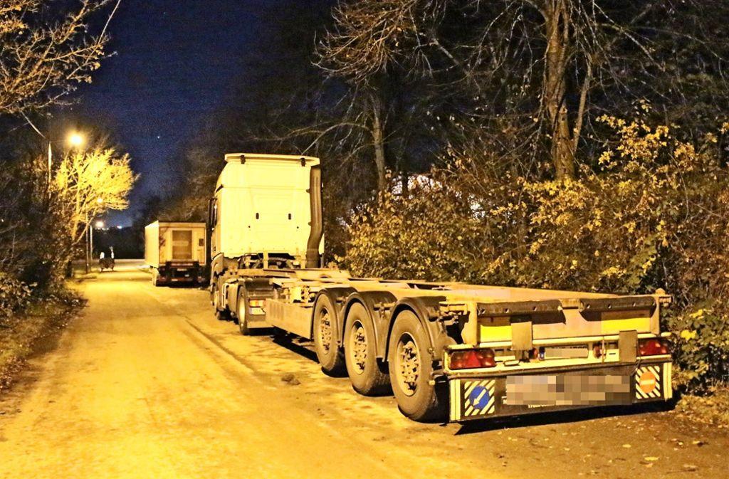 Eigentlich dürfen am Schwarzäckerweg keine Lastwagen parken. Trotzdem ist dies Standard. Foto: Caroline Holowiecki