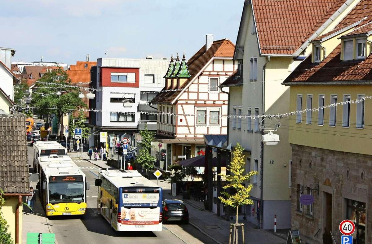 Wenn Busse auf der Echterdinger Hauptstraße unterwegs sind, wird es bereits jetzt   für Autofahrer eng. Was passiert, wenn die Busbuchten wegfallen? Foto: Archiv Natalie Kanter