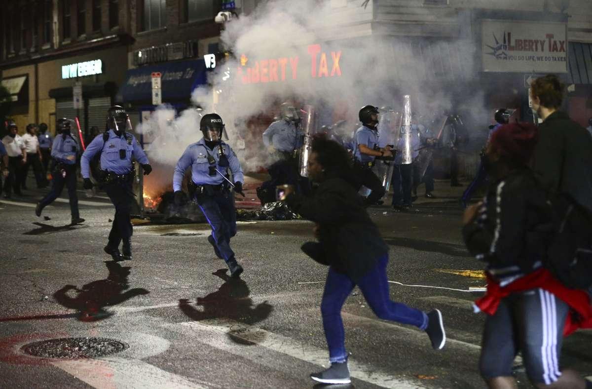 In Philadelphia kam es nach der Tat zu Ausschreitungen. Foto: AP/Tim Tai