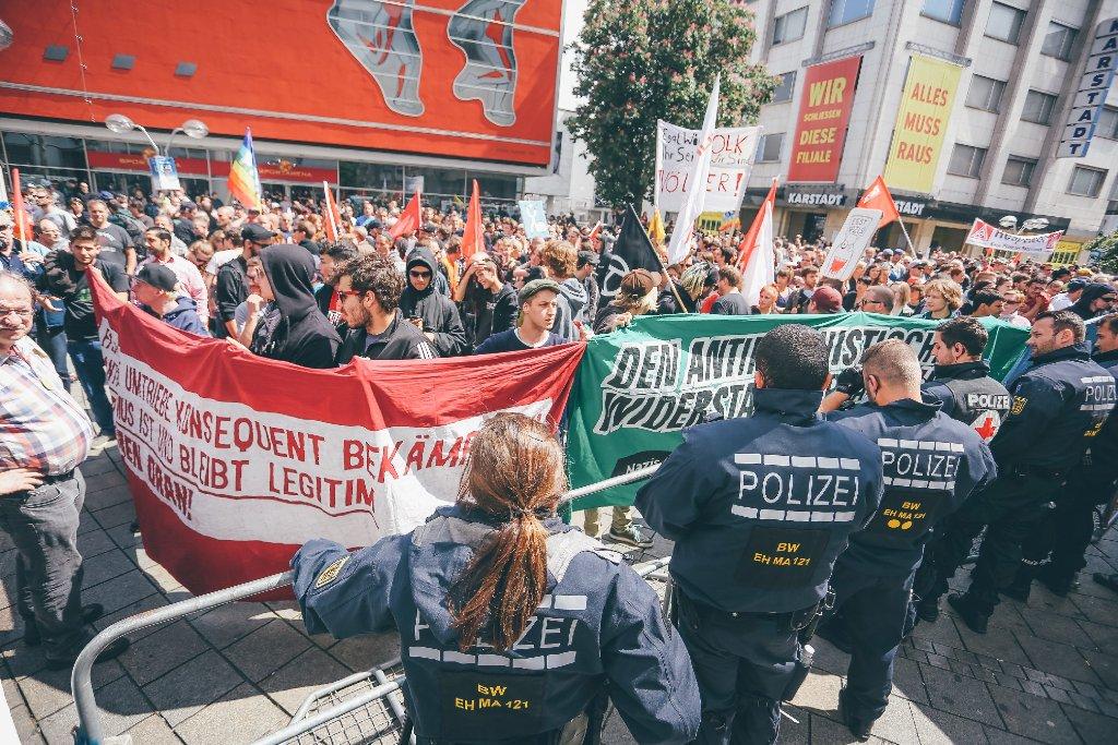 Die Pegida-Gegner sind in Stuttgart deutlich in der Überzahl. Foto: www.7aktuell.de | Robert Dyhringer