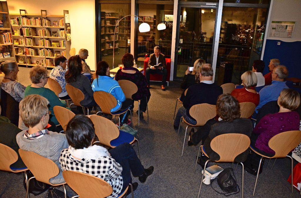 Bei Lesungen in der Bücherei – wie hier mit OB Traub – müssen die Regale weichen. Foto: z