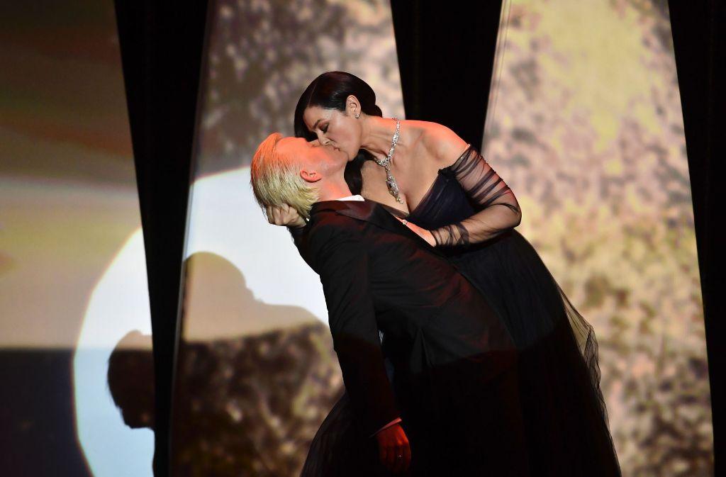 Einfach zum Knutschen: Die italienische Schauspielerin Monica Bellucci küsst den französischen Comedian Alex Lutz leidenschaftlich zur Eröffnung der Filmfestspiele in Cannes. Foto: AFP