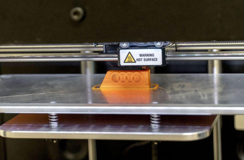 Ein Abstandshalter für die Fenstermontage bei der Herstellung im 3-D-Drucker. Foto:
