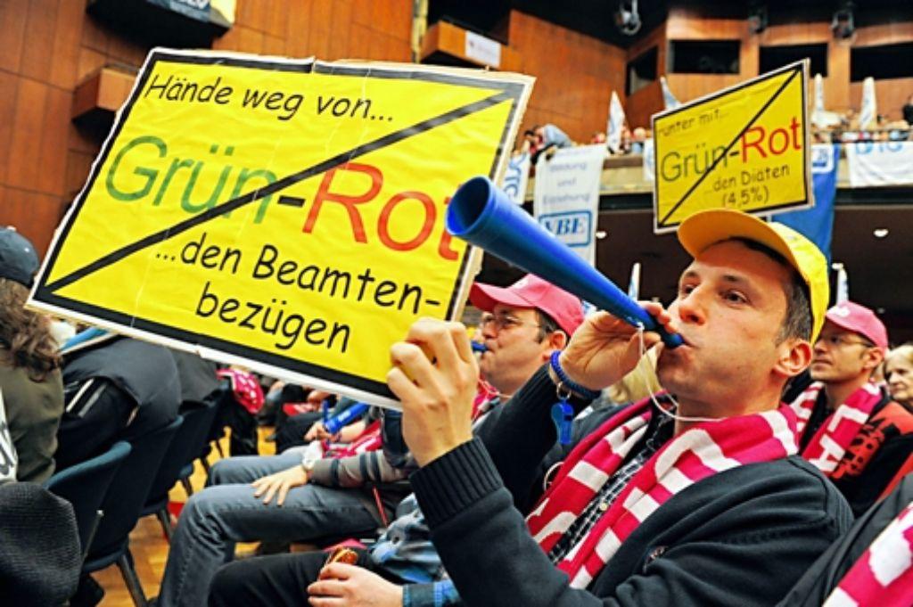 Tröten und Plakate: die baden-württembergischen Staatsdiener proben den Aufstand gegen die grün-rote Landesregierung. Foto: dpa