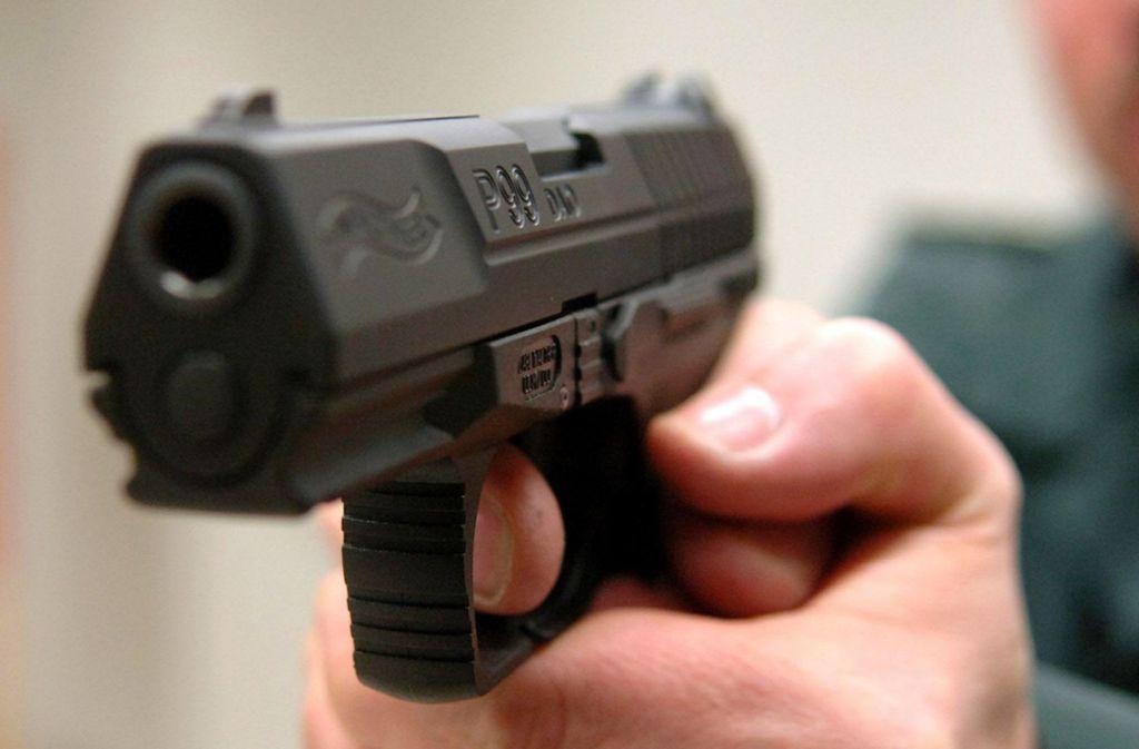 Eine Mann wird zur Last gelegt, seine ehemalige Lebensgefährtin mit einer Schusswaffe bedroht zu haben. Foto: picture alliance/dpa/Federico Gambarini
