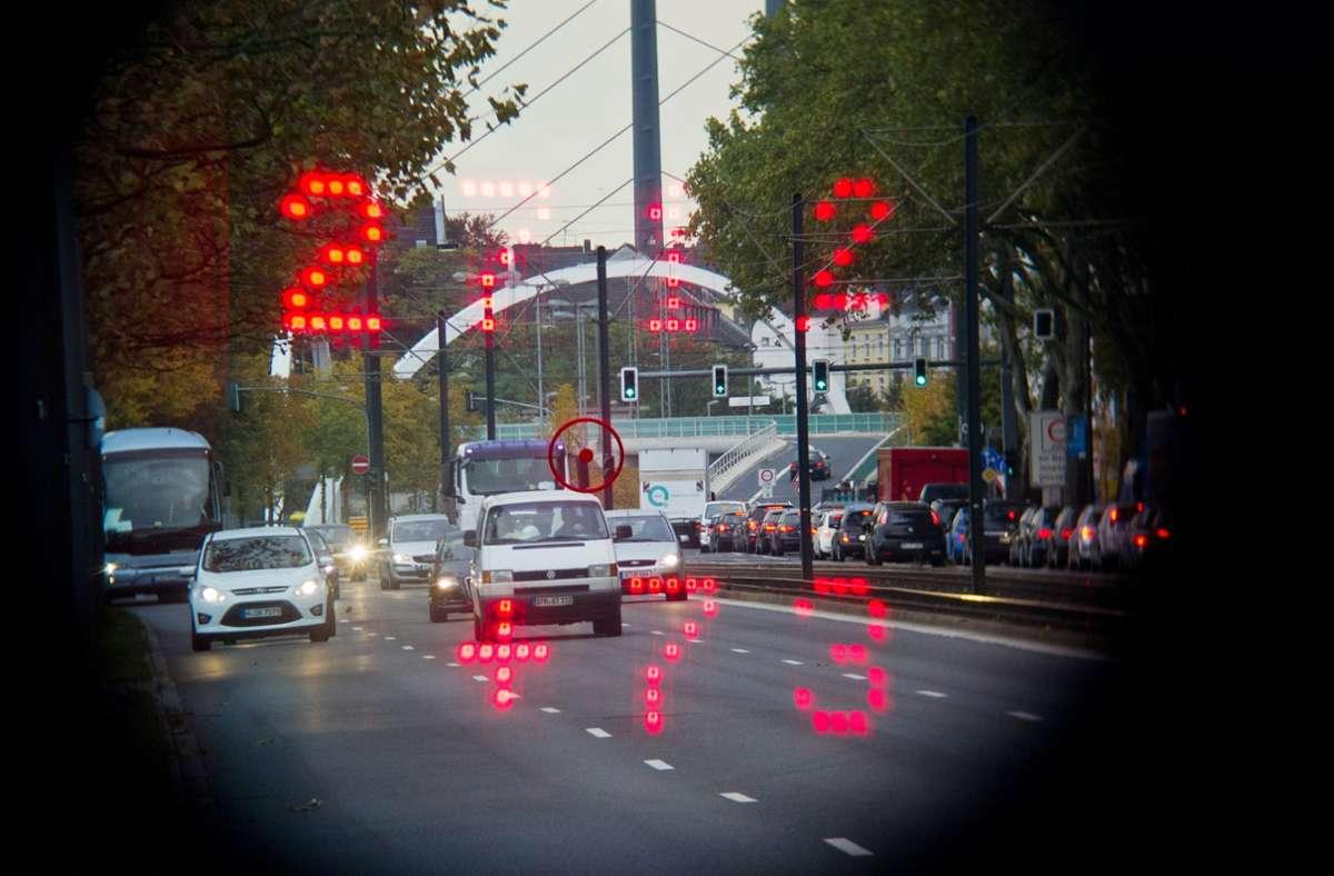 Temposünder im Visier – dabei ist die Polizei auch mit Videostreifen unterwegs. Foto: dpa/Jan-Philipp Strobel