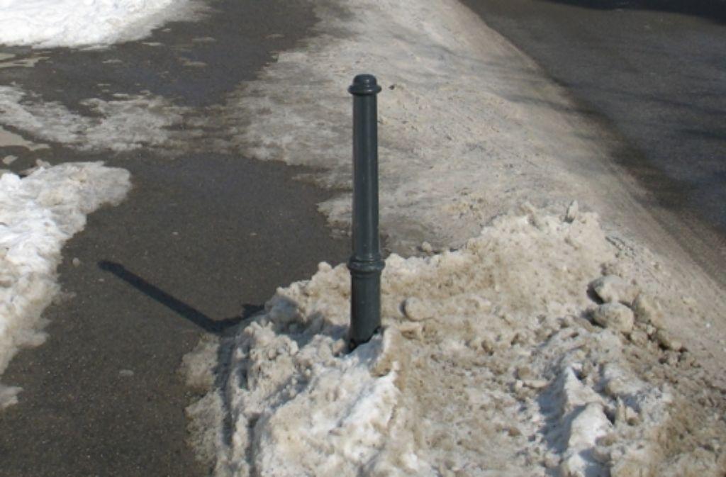 Schon länger  ist es im Gespräch, den Pfosten als Durchfahrtssperre für Schleichwegfahrer zu installieren. Foto: Gabi Ridder