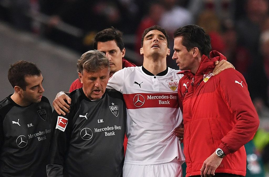 Schmerzen beim Abwehrriesen: Marcin Kaminski (2. v. re.) muss im Spiel des VfB Stuttgart gegen den 1. FC Köln früh ausgewechselt werden. Foto: Getty