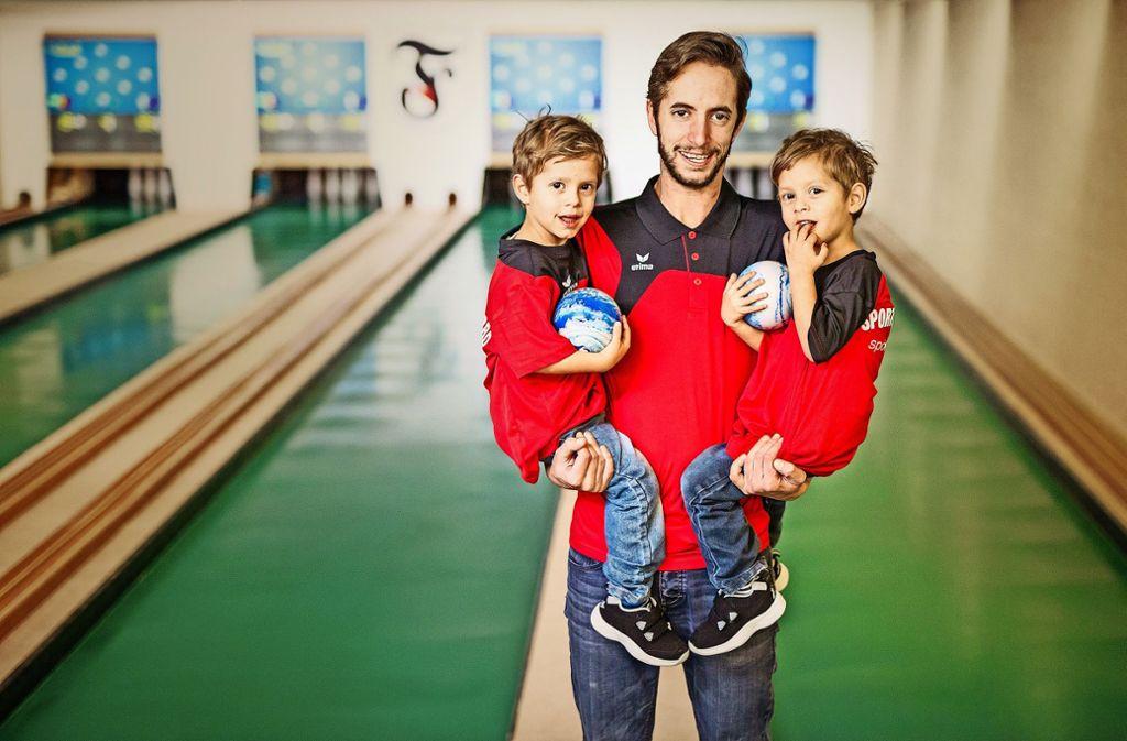 Die beiden jüngsten Kegler Neo (links) und Silas mit Papa Robin Anders Foto: Lg/Schmidt