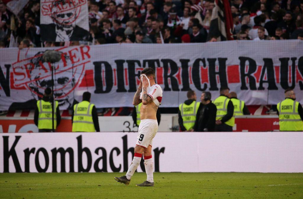 Auch nach der Niederlage gegen RB Leipzig protestieren die Fans des VfB Stuttgart gegen Wolfgang Dietrich. Foto: Pressefoto Baumann