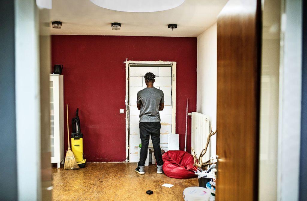 Antoine S. in seiner Wohnung vor der Tür, die vom SEK gesprengt worden war. Er hat sie zugemauert, will den Vorfall so vergessen. Foto: Pressefoto Horst Rudel
