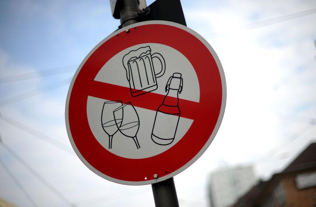 Ab 2018 sollen Städte ein örtlich und zeitlich begrenztes Alkoholkonsumverbot aussprechen dürfen, versprach Vize-Ministerpräsident Thomas Strobl (CDU). Foto: dpa