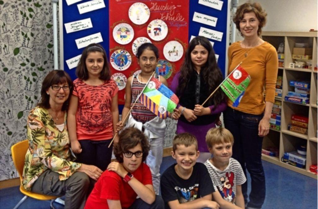 Sechs Schüler und zwei Lehrerinnen von der Heusteigschule waren im Landtag. Foto: Nina Ayerle