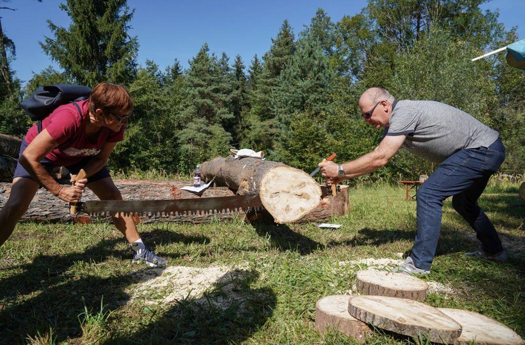 Beim  Aktionstag auf dem Forstlichen Stützpunkt im Wald bei Urbach kommen die Besucher ordentlich ins Schwitzen. Foto: Edgar Layher