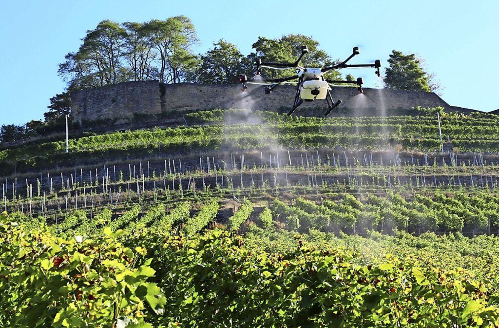 Spritzdrohnen wie die derzeit im Praxistest befindliche Agras 1S sollen in ein paar Jahren im Weinbau zum Einsatz kommen. Foto: droneparts.de