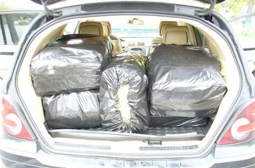 Kofferraum mit 40 Kilo Gras vollgestopft