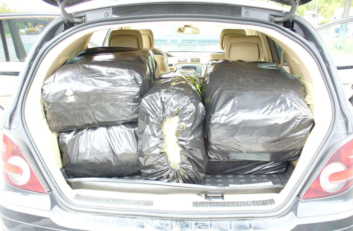 Einen Kofferraum voller Marihuana fanden die Zöllner vor. Foto: Hauptzollamt Singen