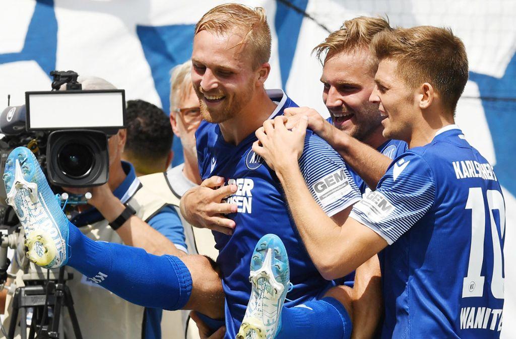 Lukas Grozurek (hinten) traf per Elfmeter zum 1:0 gegen Hannover. Foto: dpa