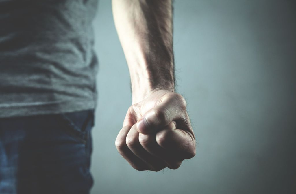 Unbekannte hatten den beiden Männern Prügel angedroht. (Symbolbild) Foto: Shutterstock/ANDRANIK HAKOBYAN