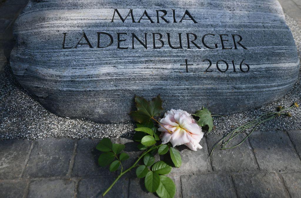 Ein Gedenkstein nahe des Flusses Dreisam erinnert an die 2016 ermordete Studentin Maria. Foto: dpa/Patrick Seeger