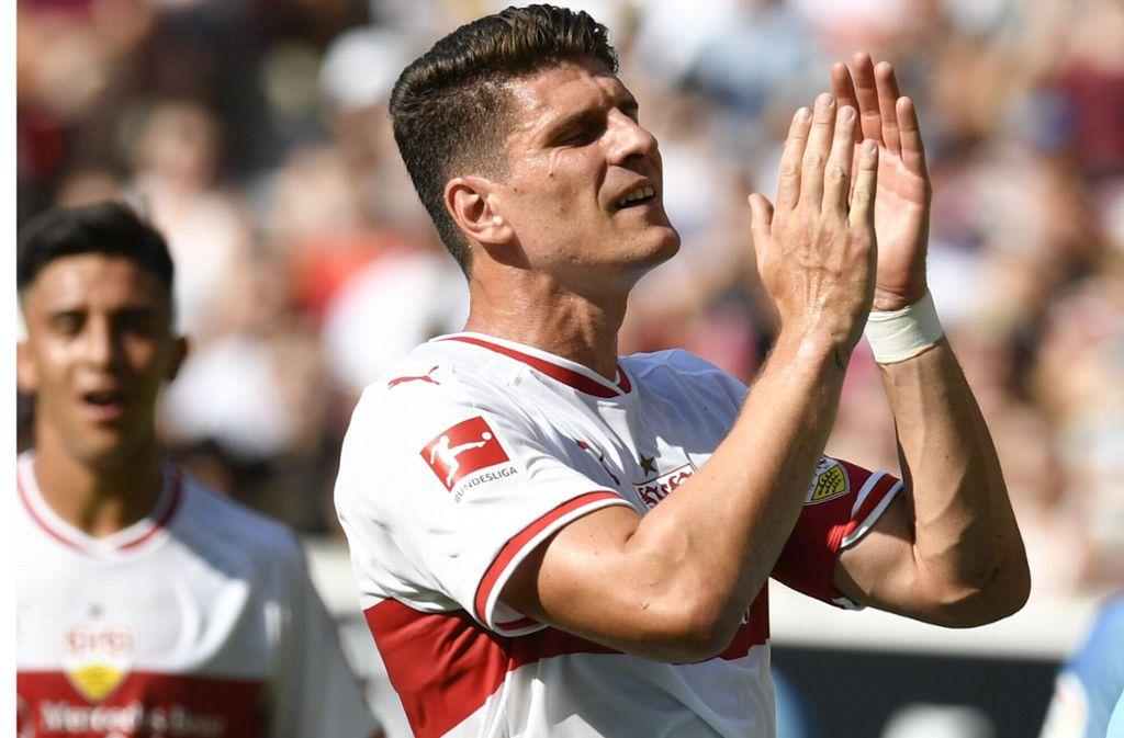 """Das weiße VfB-Trikot mit der Rückenaufschrift """"Gomez"""" ist bei den Fans sehr gefragt. Foto: AFP"""