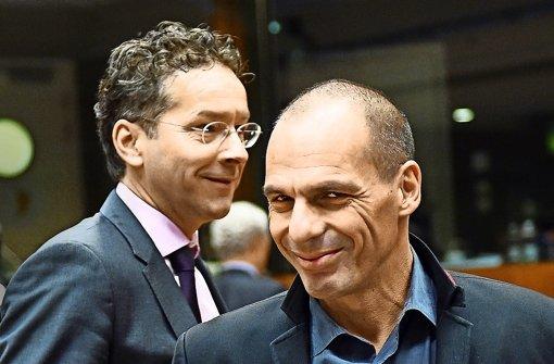 Fast eine Stunde zu spät ist der griechische Finanzminister Giannis Varoufakis (rechts) zur Eurogruppensitzung erschienen. Weil er auch noch ein Kamerateam im Schlepptau hatte, wurde er gleich vom Eurogruppenchef Jeroen Dijsselbloem (links) ermahnt. Foto: AFP