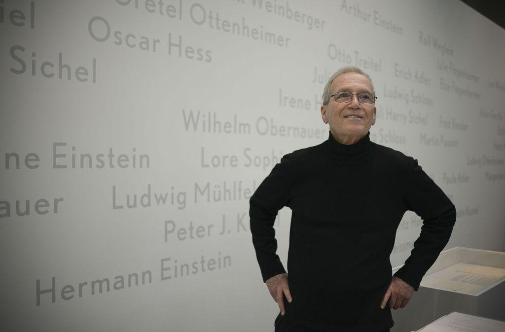Sandy Einstein vor der Wand mit Namen von Juden, die von Carl Laemmle gerettet wurden – darunter ist auch sein Vater Hermann Einstein. Foto: Lichtgut/Leif Piechowski