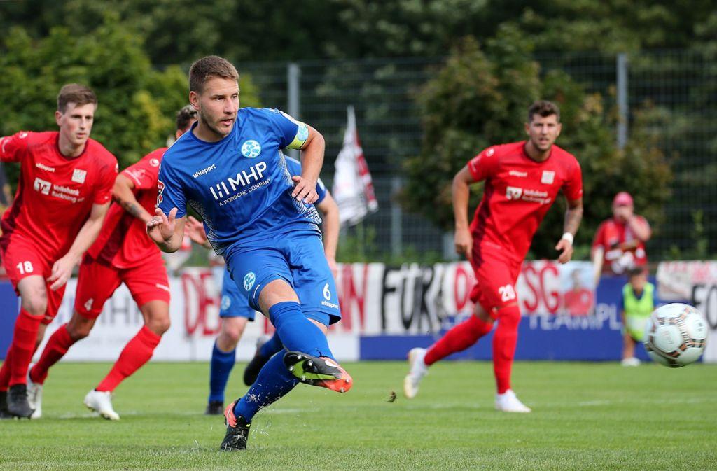 Im Vorjahr war für die Stuttgarter Kickers schon in der dritten Runde gegen die TSG Backnang Endstation: Hier verschießt Patrick Auracher beim Stand von 0:0 einen Elfmeter – am hieß es 0:1 nach Verlängerung. Foto: Baumann