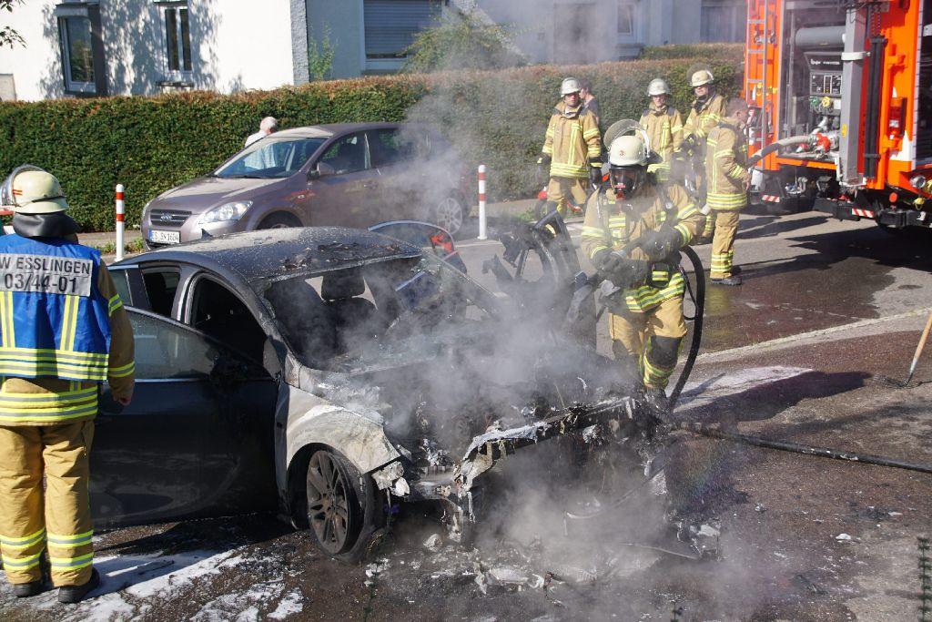Am Sonntagvormittag ist in Oberesslingen ein Opel in Brand geraten. Foto: SDMG