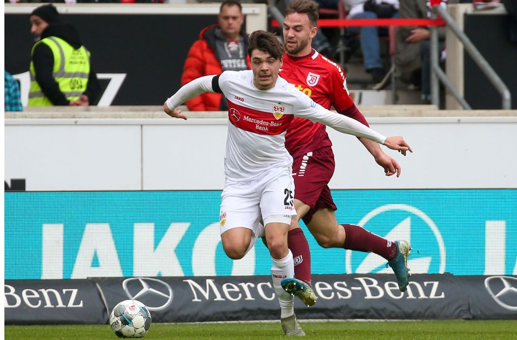Lilian Egloff (vorne) hat Ende Februar sein Punktspieldebüt für den VfB beim 2:0-Heimsieg über den SSV Jahn Regensburg gegeben. Foto: Baumann