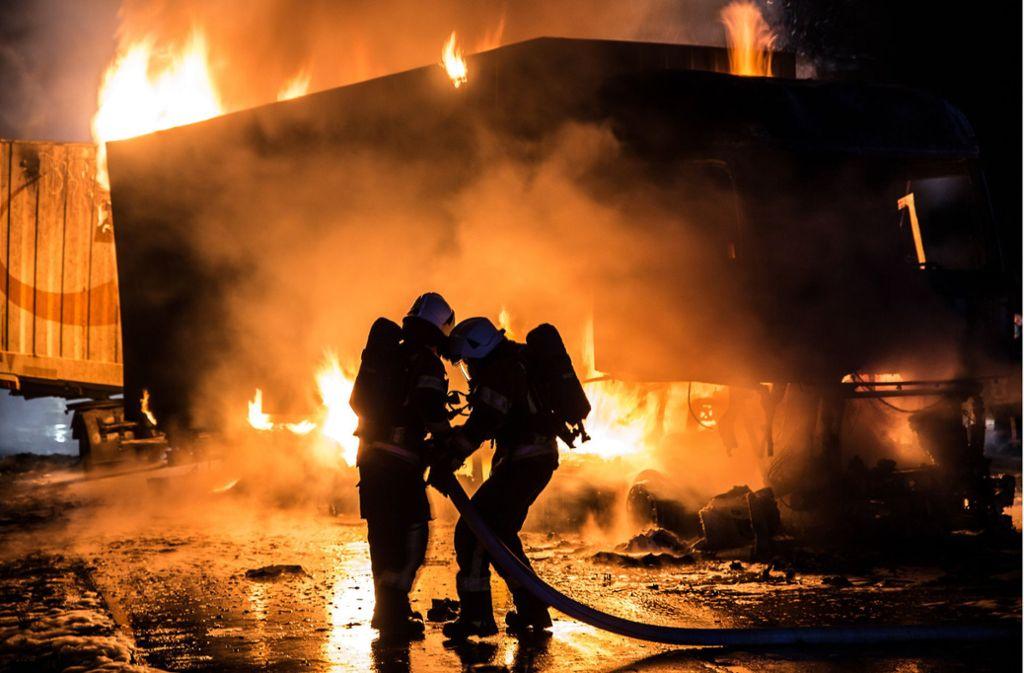 Bei einem Auffahrunfall auf der Autobahn 7 nahe Ellwangen (Ostalbkreis) sind am Dienstag drei Lastwagen ausgebrannt. Foto: dpa/Markus Brandhuber
