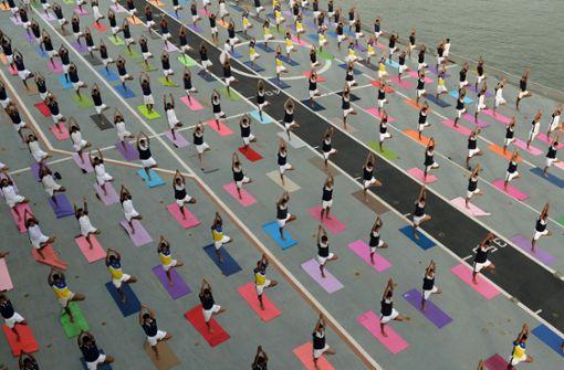 Tausende Yogafans zelebrieren die Verrenkung