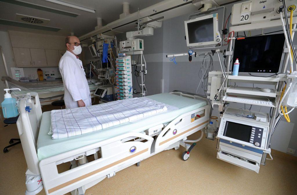Ein sogenanntes Intensivbett – wie dieses in einer Rostocker Klinik – bietet mehr Möglichkeiten Covid-19-Patienten zu versorgen als ein gewöhnliches Krankenbett. (Archivbild) Foto: dpa/Bernd Wüstneck