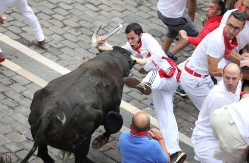 Läufer von Stier an Achselhöhle aufgespießt