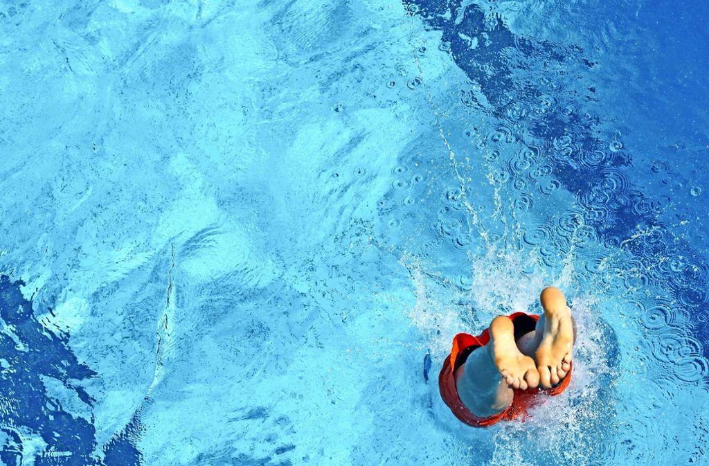 Immer weniger Kinder sind sichere Schwimmer, schuld daran sei auch das Bädersterben, sagt die Deutsche Lebens-Rettungs-Gesellschaft (DLRG). Foto: dpa