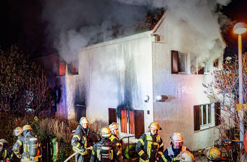 Das Einfamilienhaus im Viergiebelweg in Stuttgart Nord steht in Vollbrand. Foto: 7aktuell.de/Alexander Hald