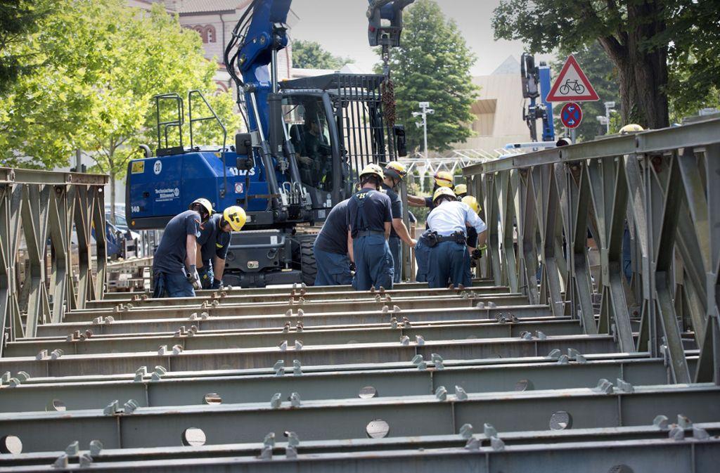 Eine Stahlkonstruktion entlastet nun die marode Brücke über den Hammerkanal. Allerdings müssen die Anschlüsse am Montag noch nachgebessert werden. Foto: Horst Rudel