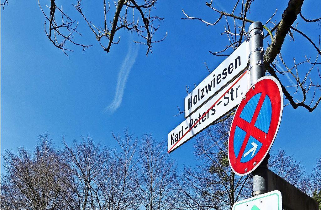 """Die Karl-Peters-Straße heißt Holzwiesen. Bis Ende des Jahres bleiben die alten Schilder noch da, dann soll nichts mehr an den brutalen """"Hänge-Peters"""" erinnern. Foto: factum/Granville"""