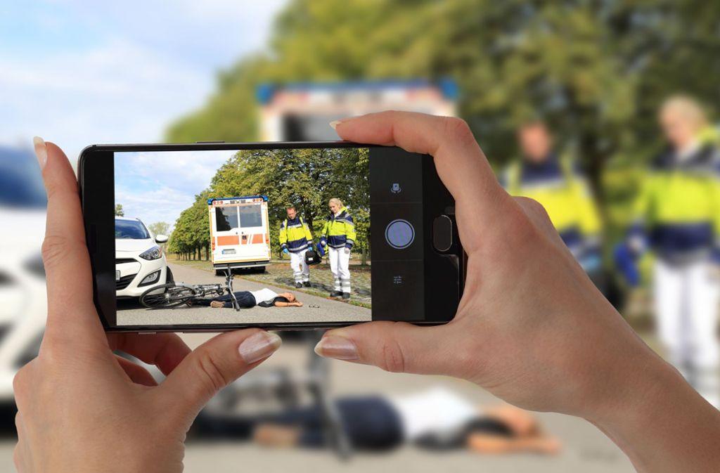 Der Polizist nahm Gaffer ins Gebet, die den Unfall mit dem Handy filmten. (Symbolbild) Foto: Adobe