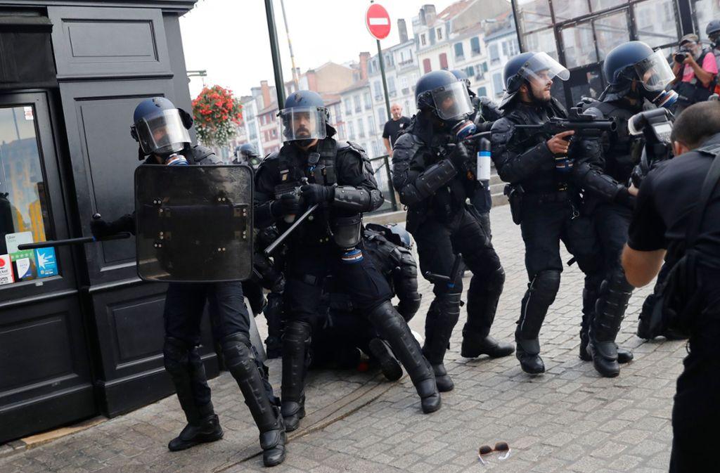 Sicherheitskräfte im Einsatz: Gipfelgegner versuchten in Bayonne nahe Biarritz, Absperrungen zu überwinden, Steine wurden geworfen. Foto: AFP