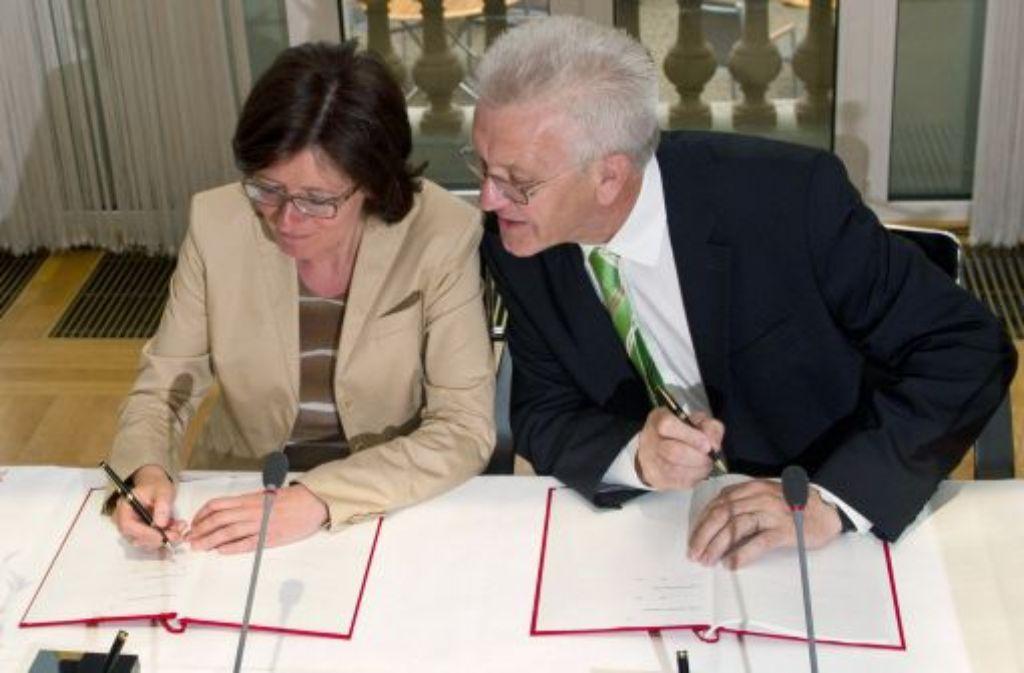 Unterschrift unter den neuen SWR-Staatsvertrag: Baden-Württembergs Ministepräsident Winfried Kretschmann (Grüne) und seine Amtskollegin aus Rheinland-Pfalz, Malu Dreyer (SPD) Foto: dpa/Archivfoto