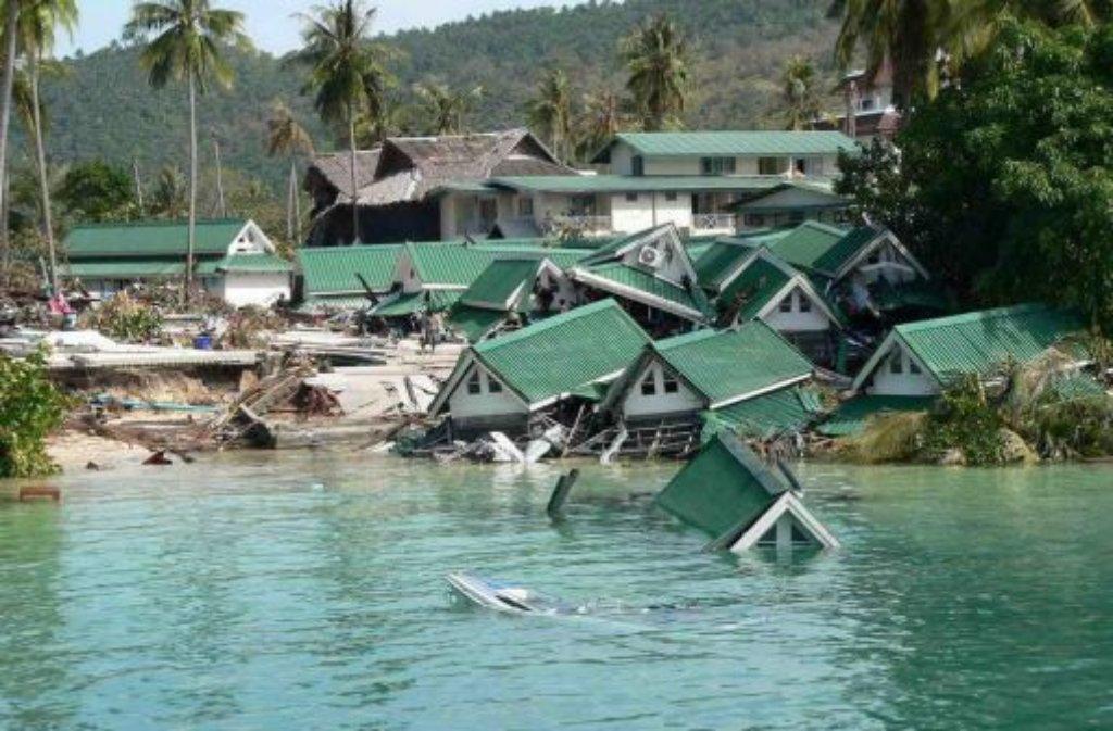 Am zweiten Weihanchtsfeiertag 2004 verwüsten gewaltige Flutwellen die Küsten des Indischen Ozeans. Auslöser der Flutkatastrophe, bei der 230.000 Menschen ums Leben kommen, ist ein Erdbeben der Stärke 9,1 vor der Insel Sumatra. Das Beben lässt dort tektonische Platten aufeinander krachen, die metertiefe Verwerfung versetzt das Meer in Wallung. Im tiefen Wasser verbreitet sich das Beben mit der Geschwindigkeit eines Düsenjets und erreicht nacheinander alle Länder am Indischen Ozean. Foto: dpa (Archivbild)