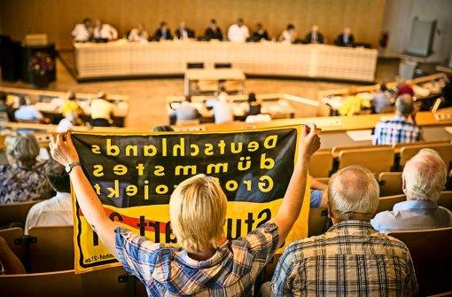 S-21-Gegner begleiten die Debatte im Rathaus kritisch mit Zwischenrufen und Sprechchören. Foto: Lichtgut/Leif Piechowski
