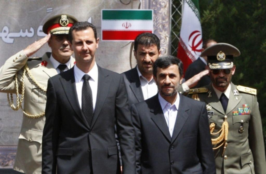 Irans Präsident Ahmadinedschad (re.) unterstützt Assads Kampf gegen die Aufständischen in Syrien mit Spezialeinheiten. Foto: AP