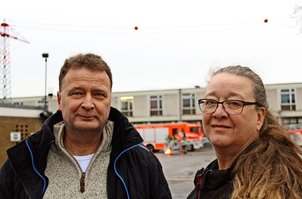 Thomas und Marion Volpp argumentieren gegen den geplanten AWS-Umzug. Im Hintergrund die Feuerwache, wo die AWS hinziehen will. Foto: Tilman Baur