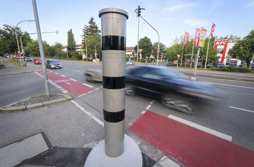 Blitzersäulen wie diese wurden in Saarbrücken mit einer Zuckerstangen-Deko versehen (Symbolbild). Foto: factum/Granville