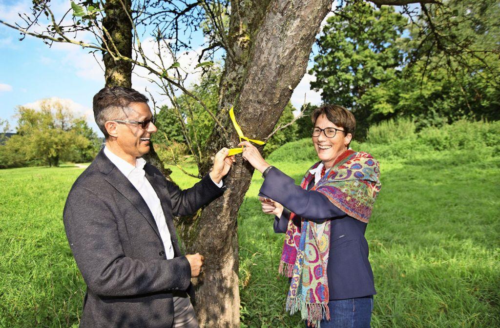 Der Wernauer Bürgermeister Armin Elbl und die Vize-Landrätin Marion Leuze-Mohr markieren einen Apfelbaum. Foto: Horst Rudel
